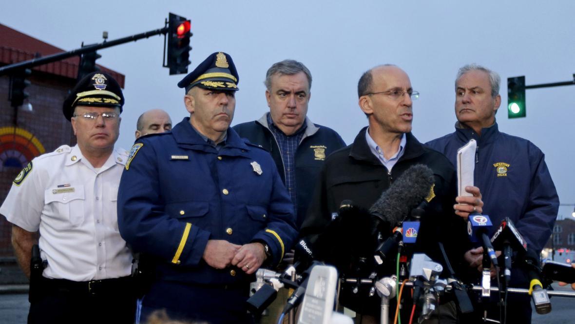 Policejní brífink k pátrání po bostonském atentátníkovi