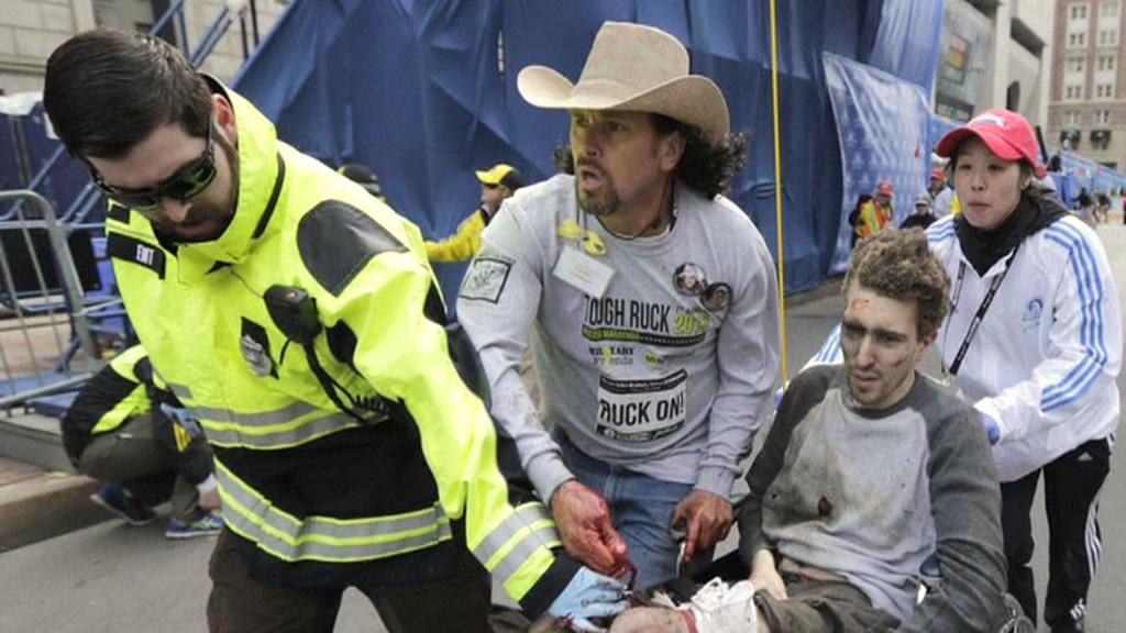 Zraněný Jeff Bauman, vedle něj Carlos Arredondo (v klobouku)