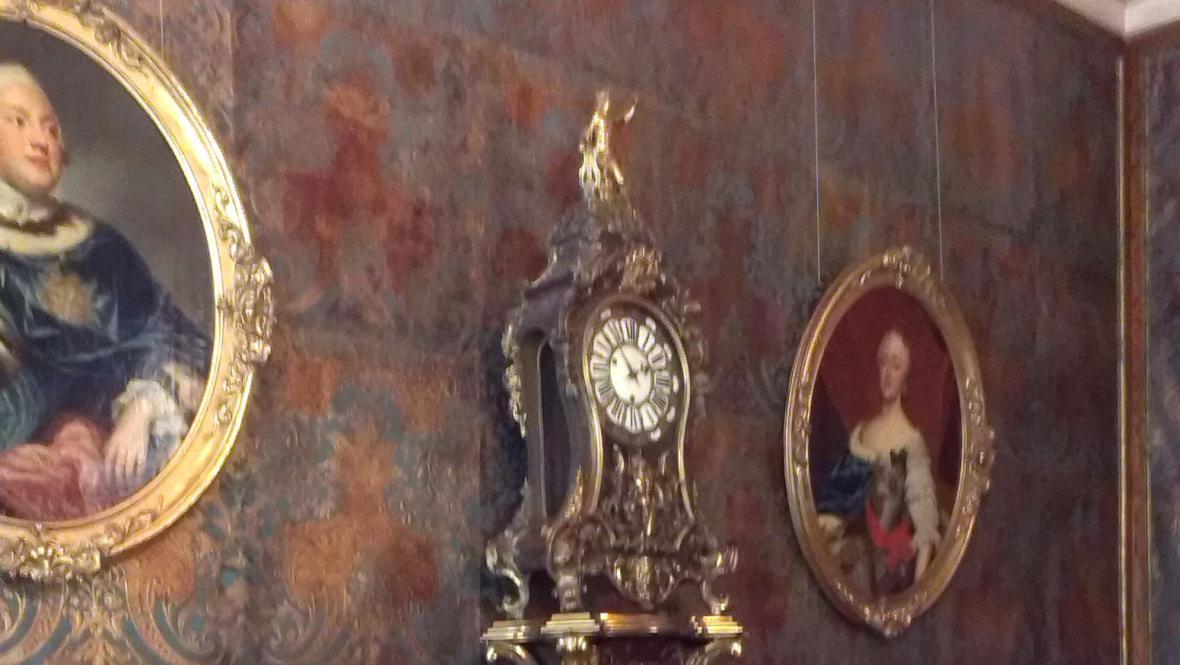 Interiéry zámku zdobí kožené tapety