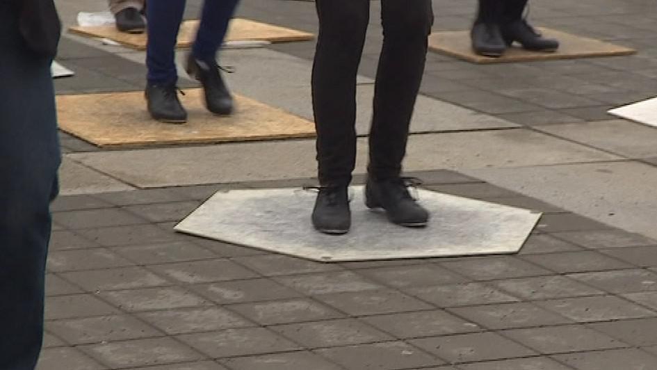 Tanečníci si s sebou museli donést i speciální desky, aby boty zněly