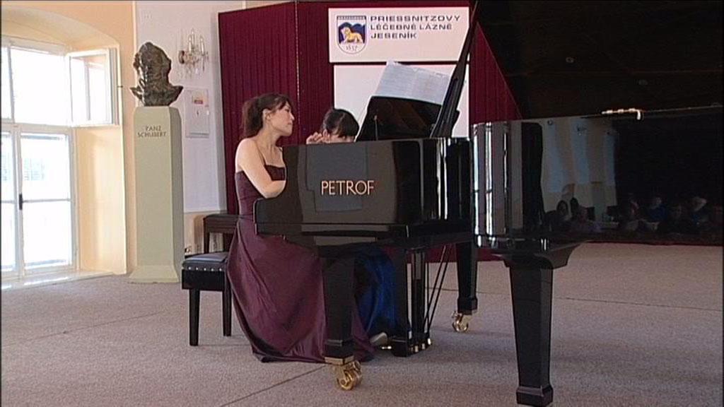 Nozomi Nakagiri a Yuka Beppu u klavíru