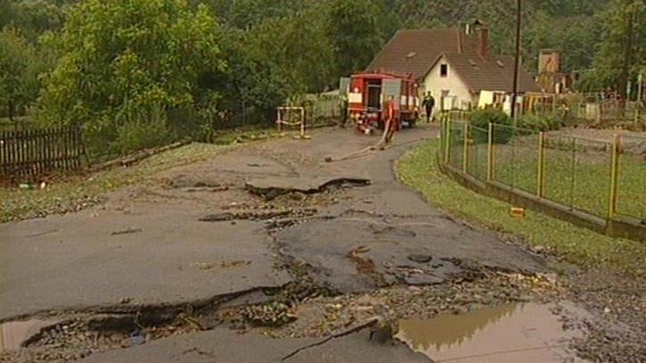 Voda zničila i místní komunikace