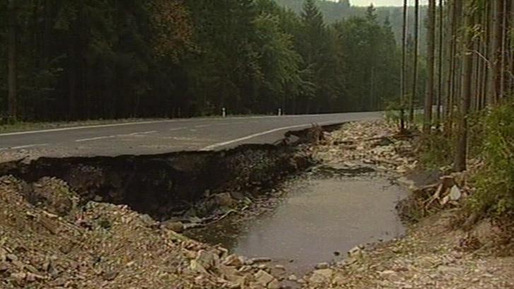 Poškozená silnice nad Štěpánovem