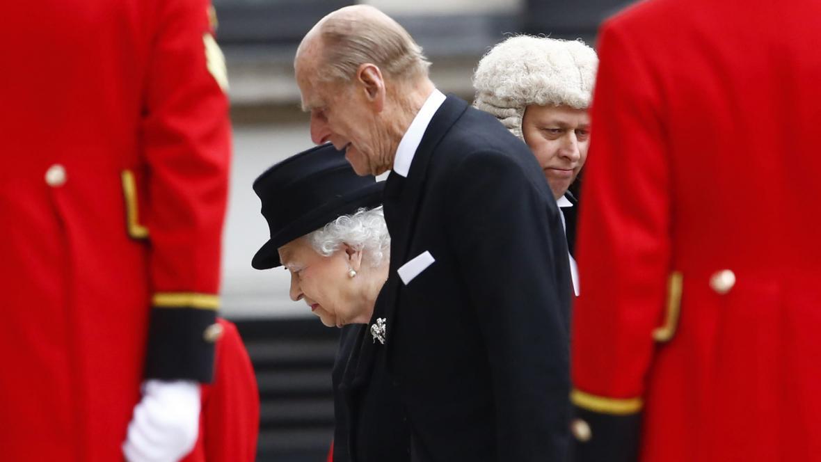 Královna s princem Philipem na pohřbu Margaret Thatcherové