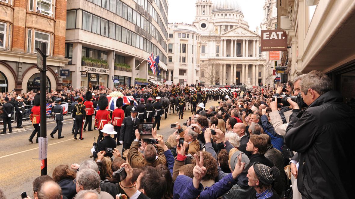 Lidé se loučí s Margaret Thatcherovou