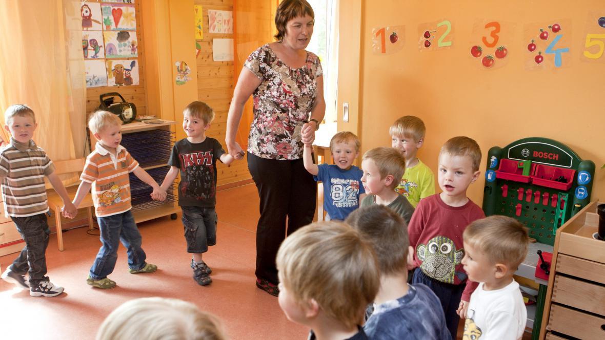 Učitelka s dětmi v mateřské škole