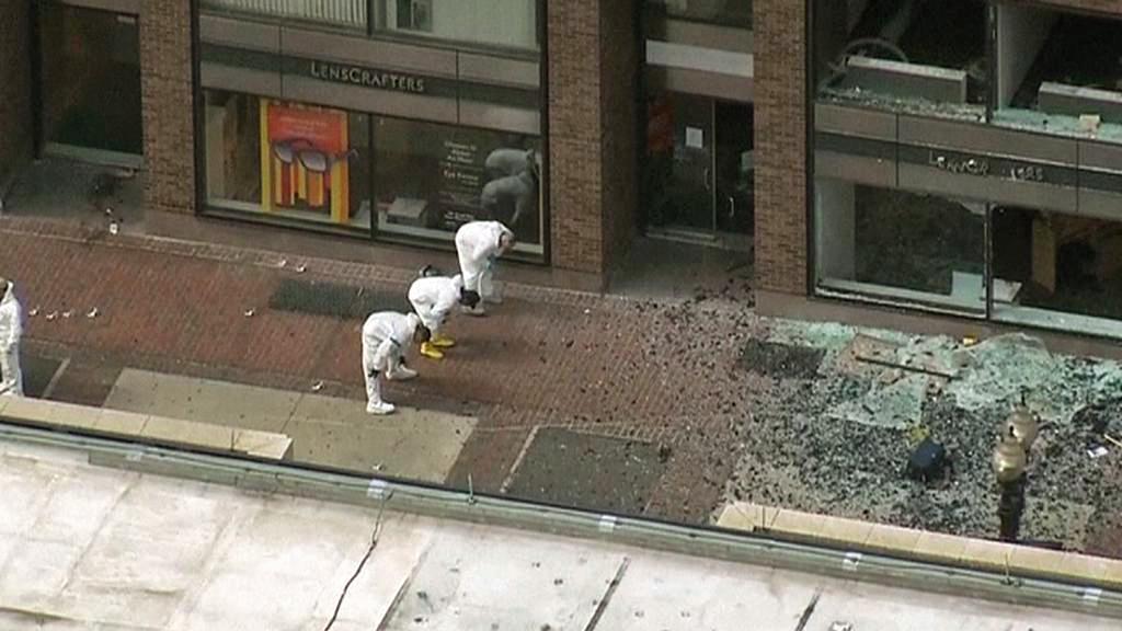 Bostonská policie prohledává místo činu
