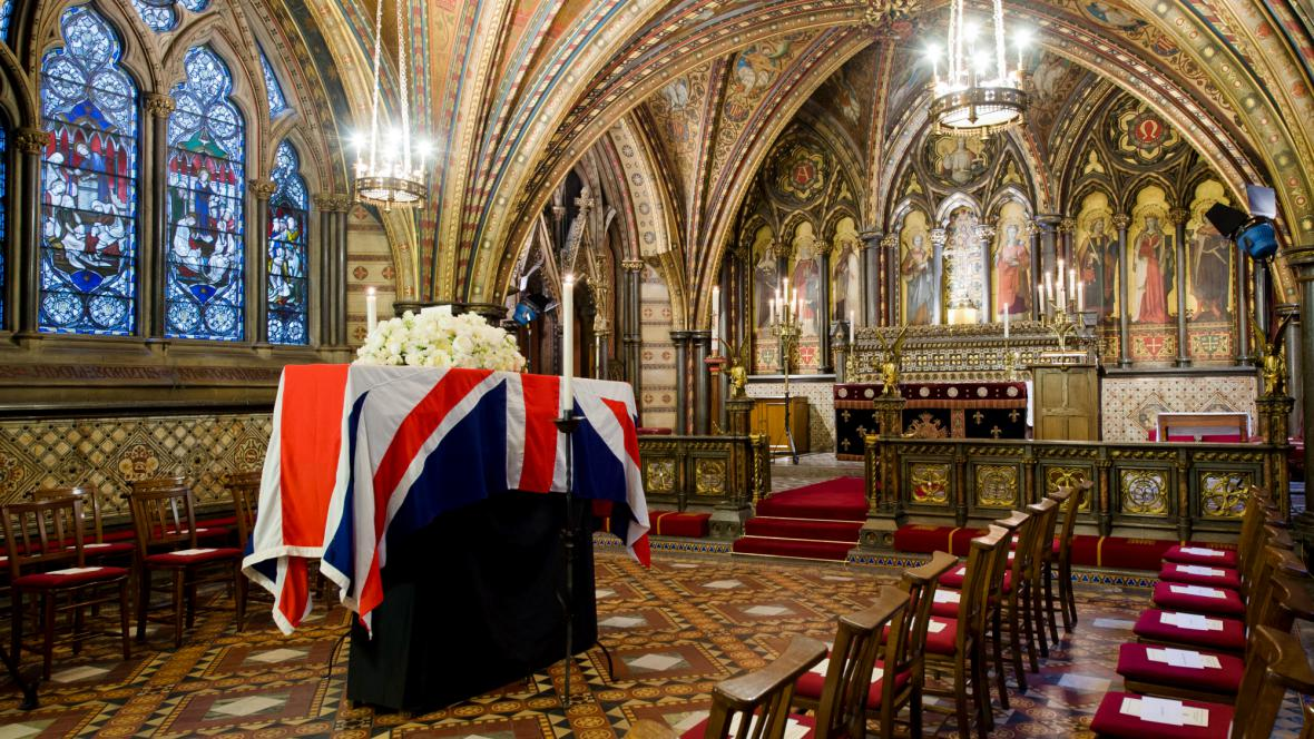 Rakev s ostatky Thatcherové ve Westminsteru