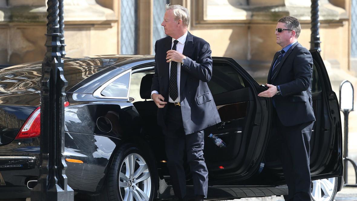 Mark Thatcher přichází do Westminsteru na mši