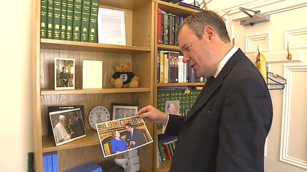 Conor Burns ukazuje společnou fotografii s Thatcherovou