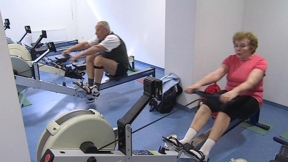 Senioři veslují na tranažeru ve sportovním centru brněnské VUT