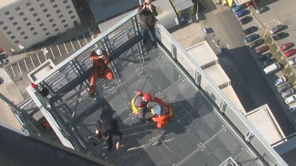 Pohled ze záchranářského vrtulníku na střechu AZ Tower