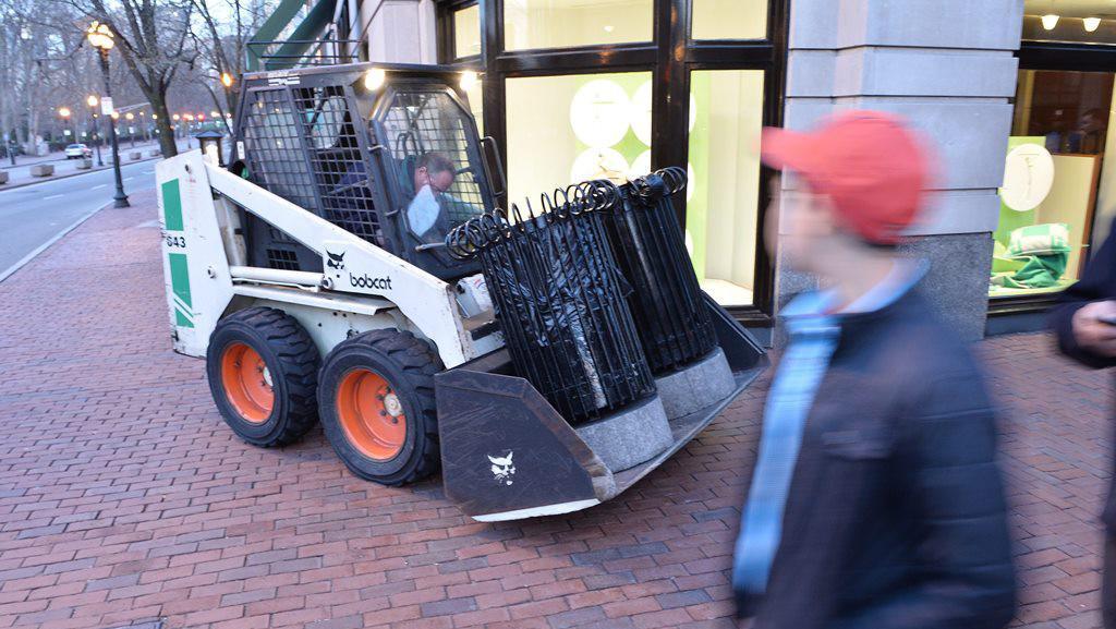 Pracovníci odvážejí všechny odpadkové koše několik bloků od místa výbuchu
