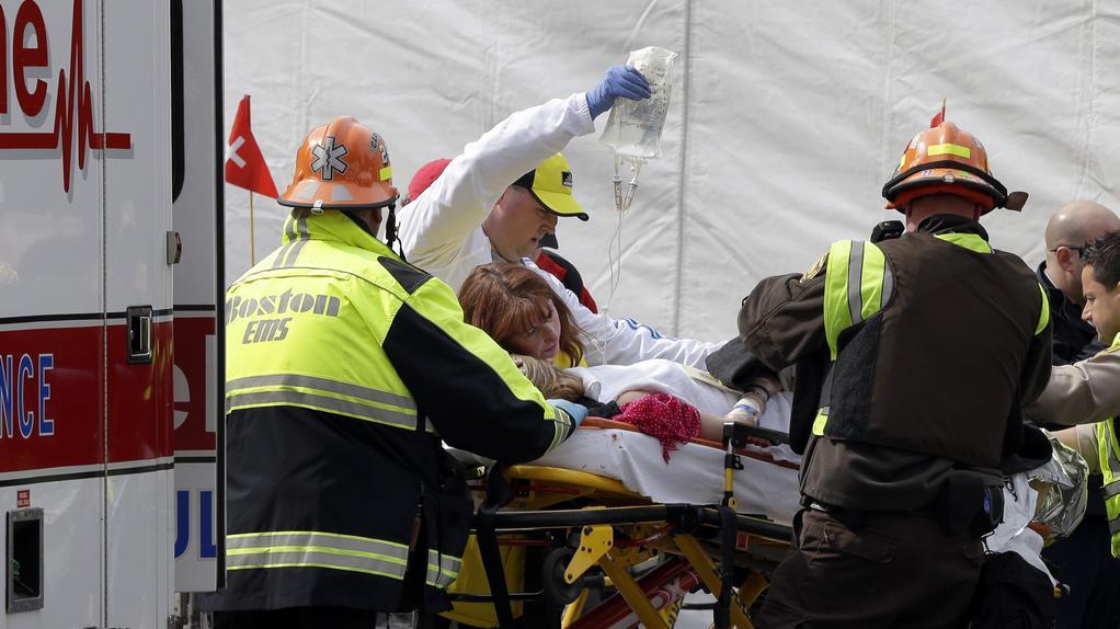 Odvážení raněných z místa výbuchu