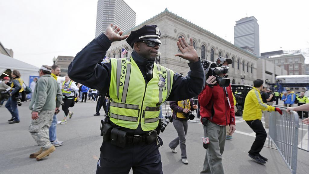 Policista řídí odliv lidí po zaznění explozí