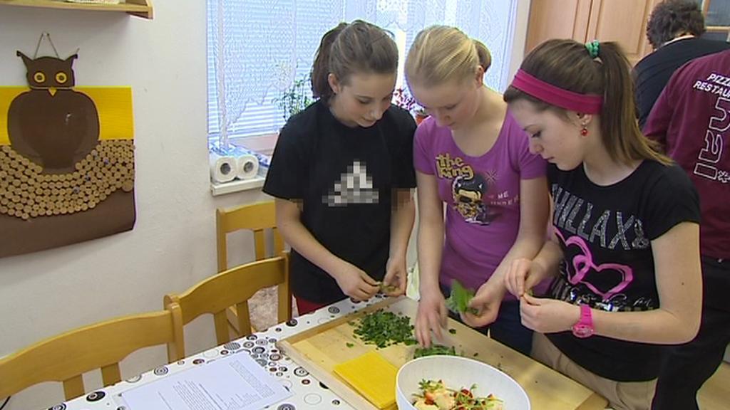 Děti v dětském domově v Boršově se učí vařit