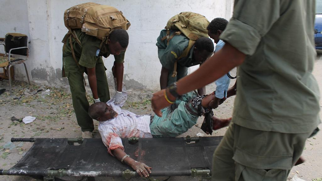 Zraněný při útoku na soudní areál v Mogadišu (duben 2013)