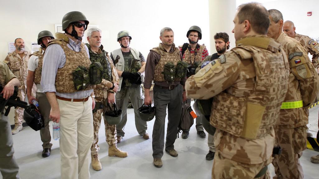 Petr Nečas (vlevo) při setkání s českými vojáky v Afghánistánu