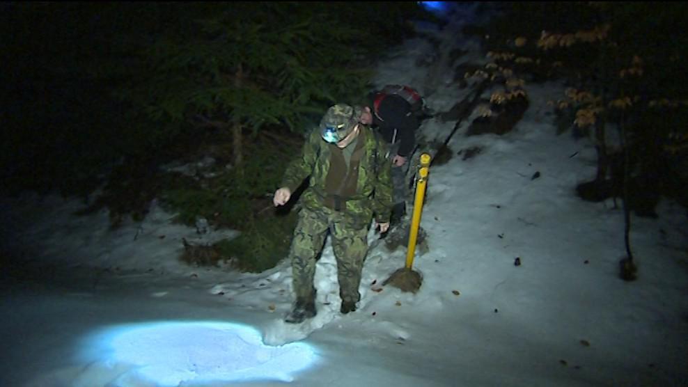 Účastníci pochodu se místy museli brodit sněhem