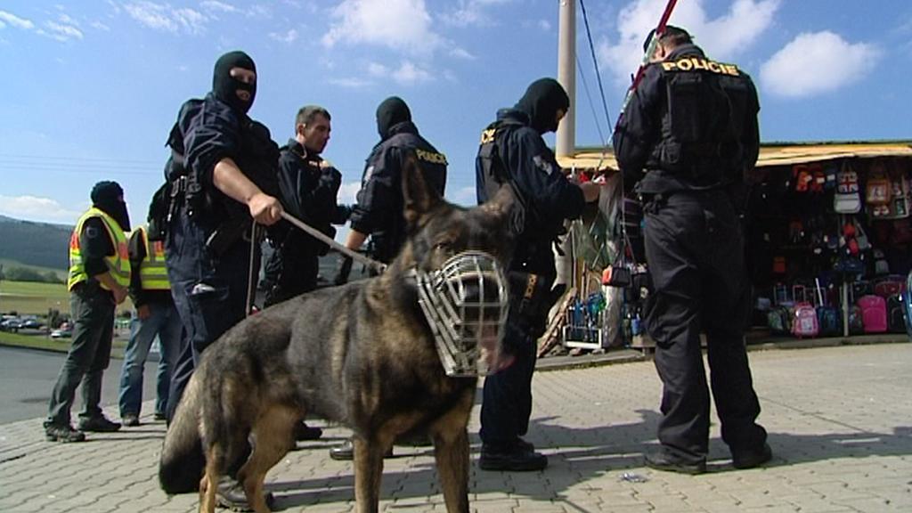 Policejní kontrola na tržnici