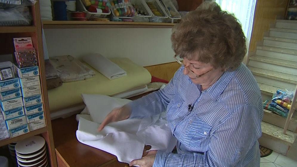 Marie Smějsová ukazuje rozdíl mezi různými druhy pláten