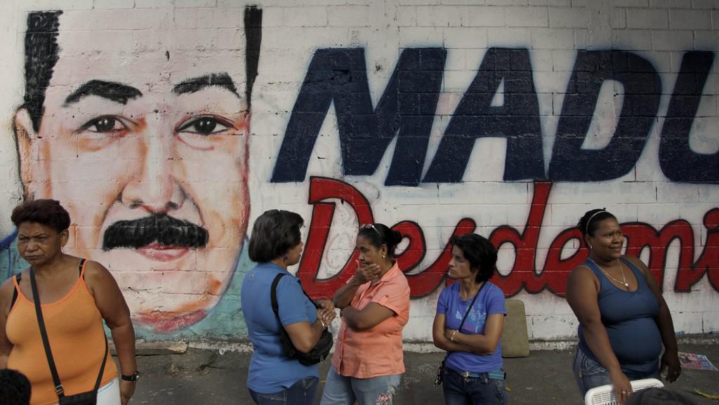 Podobizna Nicolase Madury na zdi poblíž jedné z volebních místností