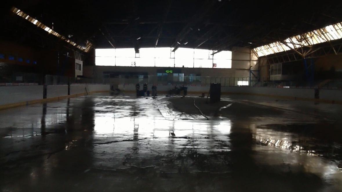 Čpavek unikl z prasklého potrubí pod ledovou plochou