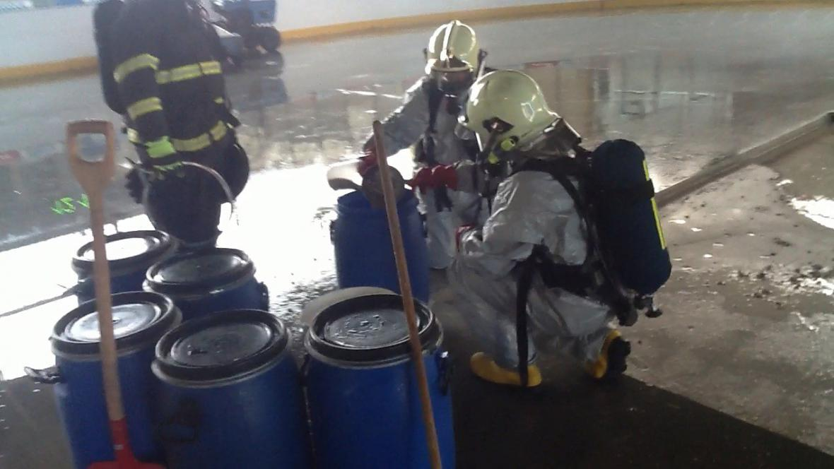 Dovnitř smí jen hasiči ve speciálním obleku