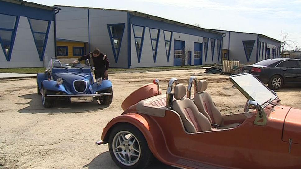 Auta z dílny Thunderbolt před továrnou ve Tvrdonicích