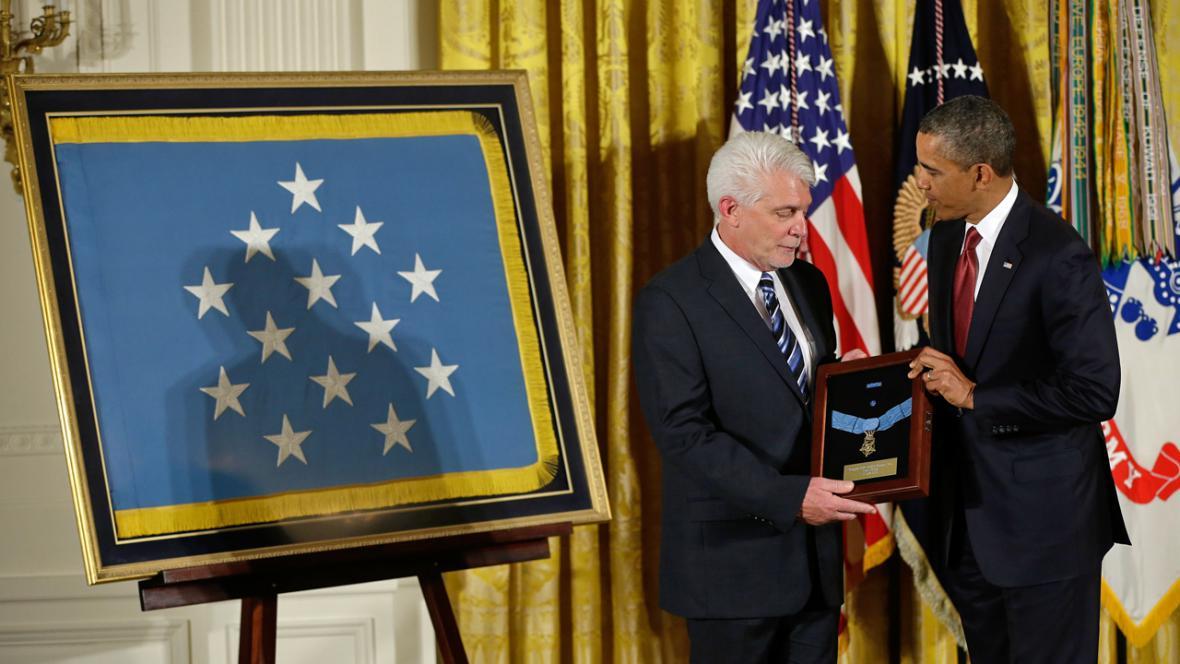Ray Kapaun přebírá Medaili cti od Baracka Obamy