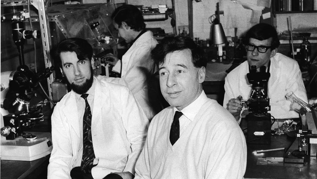 Robert Edwards se svým týmem (Barry Bavister, Richard Gardner, Alan Henderson)