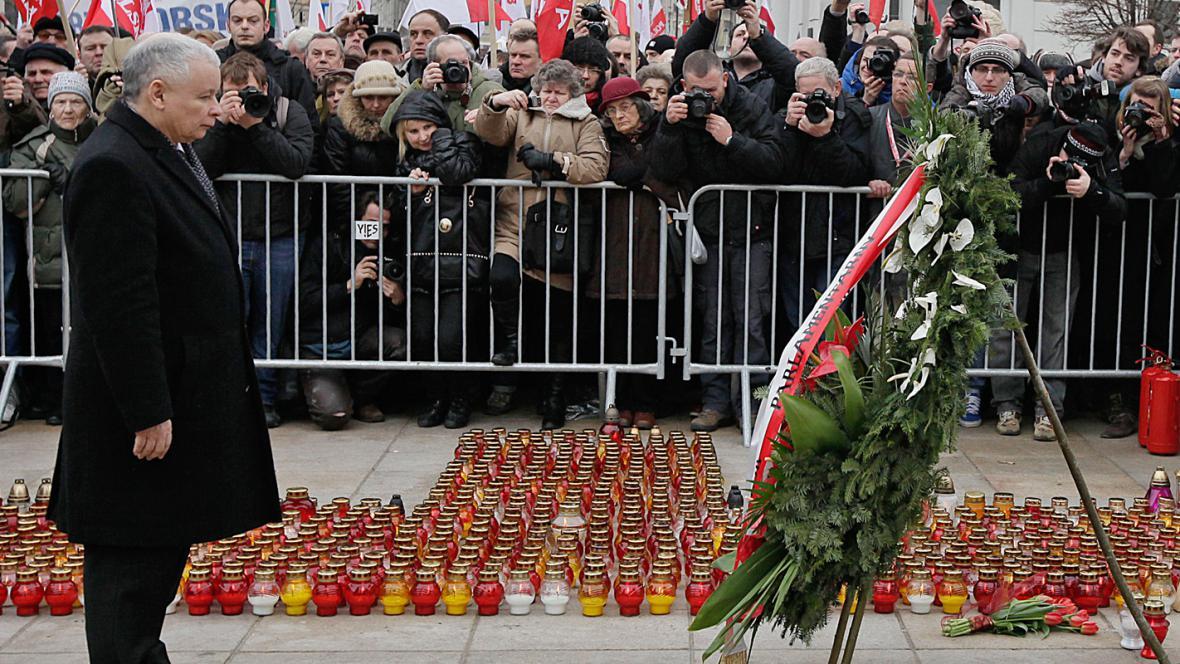 Jaroslaw Kaczyński při pietě za oběti letecké tragédie ve Smolensku