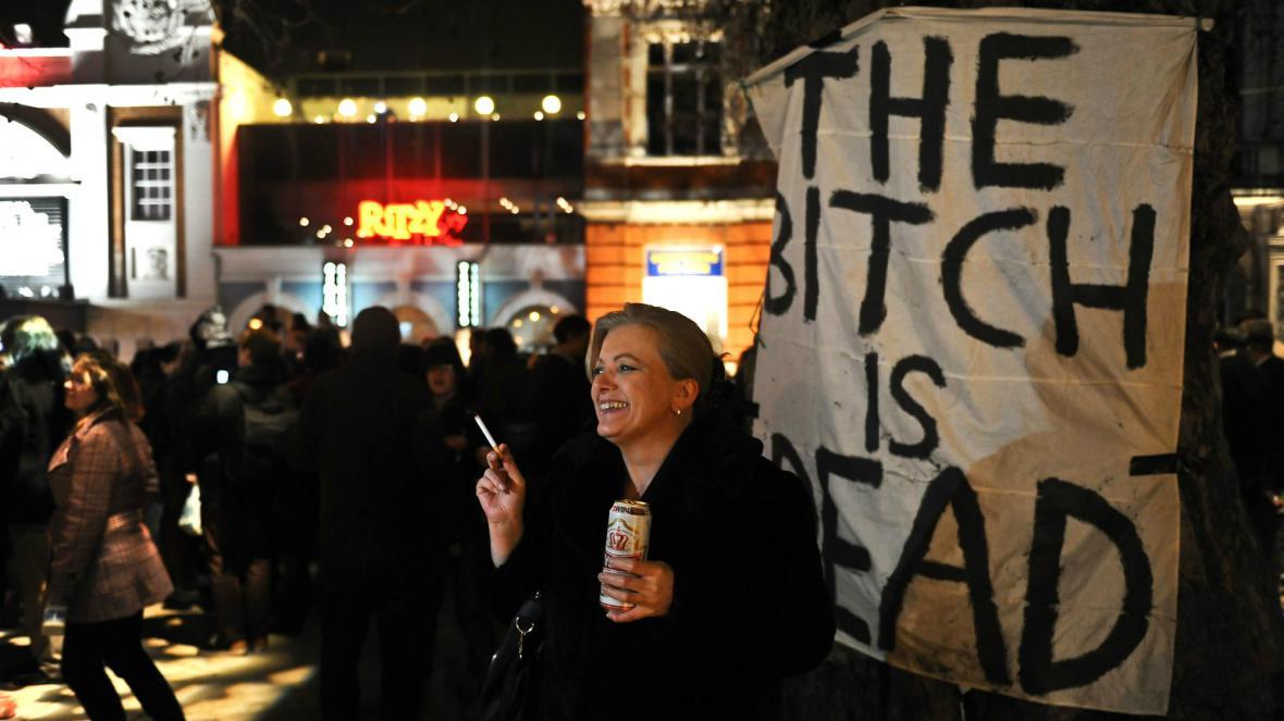 Britové oslavují smrt Thatcherové