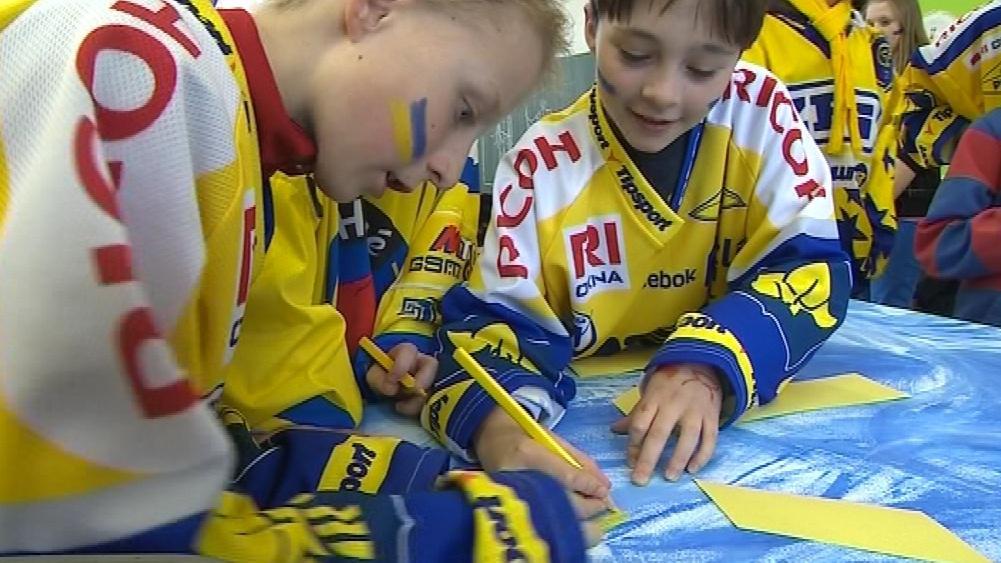 Děti oblečené do zlínských dresů a pomalované zlínskými barvami