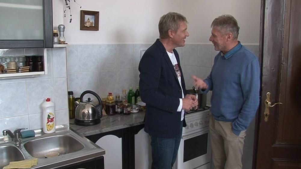 Zbigniew Czendlik vítá ve své kuchyni hosta pořadu Zdeňka Mertu