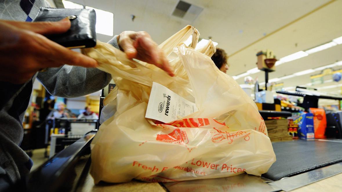 Igelitová taška v obchodě