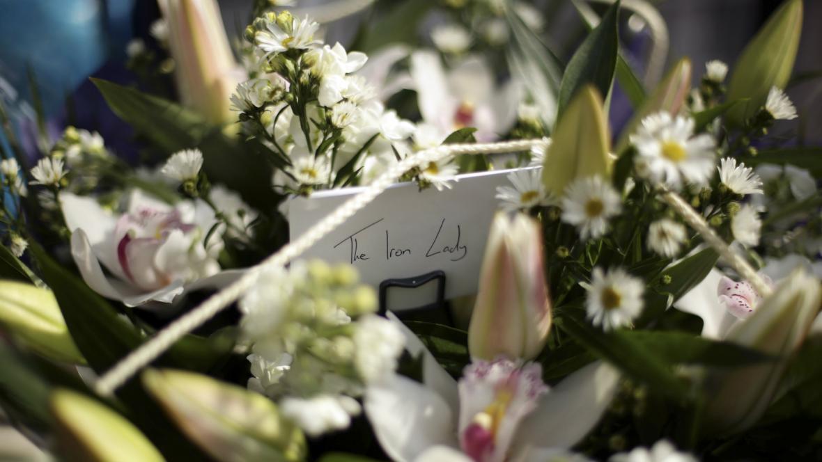 Před domem Margaret Thatcherové se hromadí kytky se vzkazy
