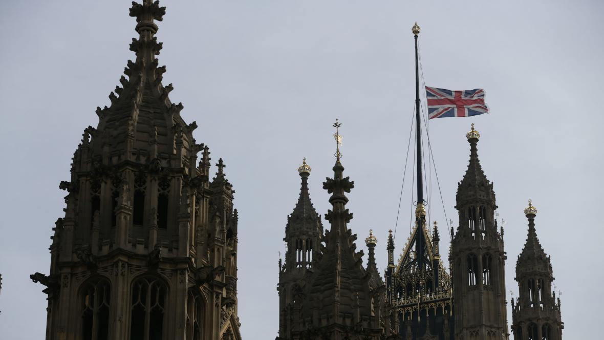 Vlajky v Británii visí na půl žerdi
