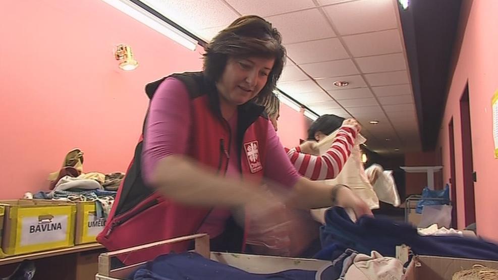Pracovnice Charity třídí staré šaty