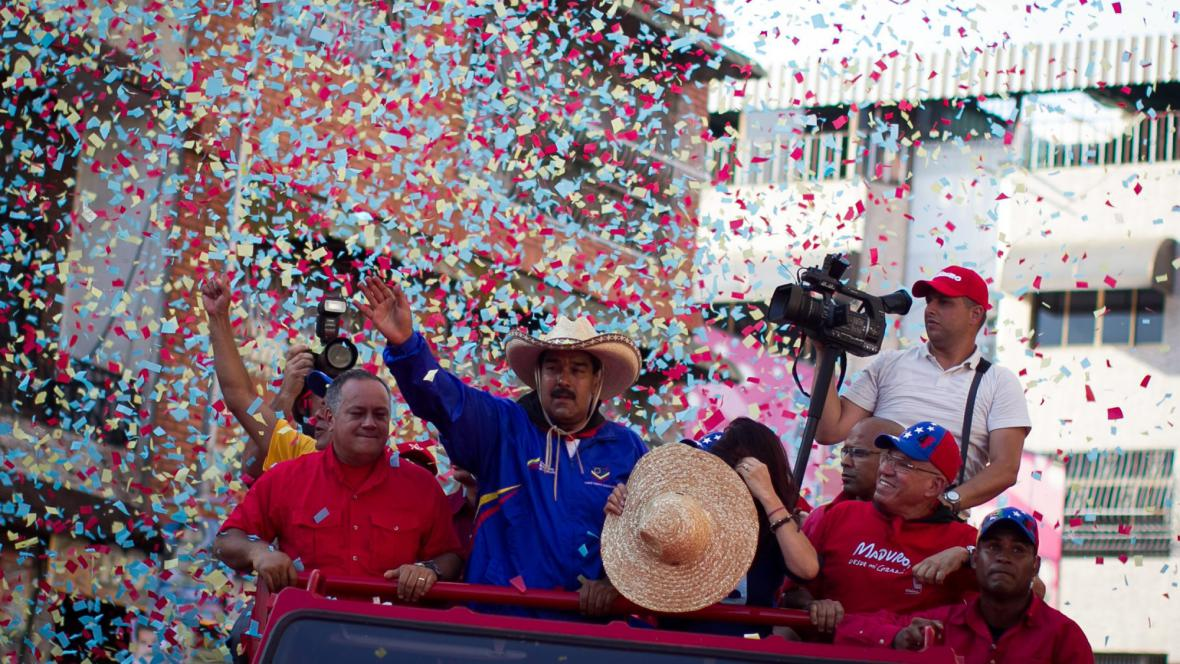 Nicolas Maduro (v klobouku)