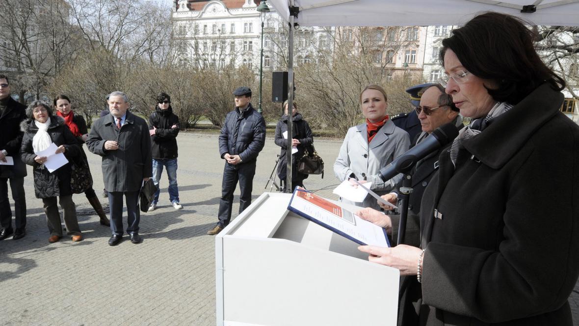 Miroslava Němcová předčítá jména obětí holocaustu