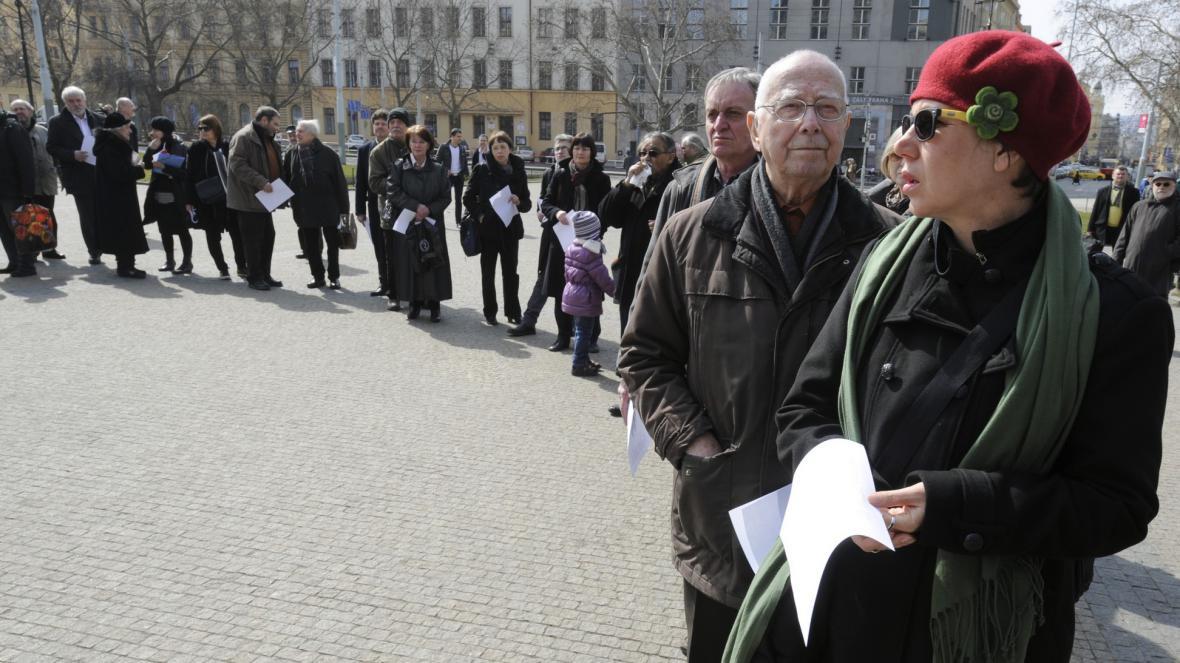 Čtení jmen obětí holocaustu na náměstí Míru