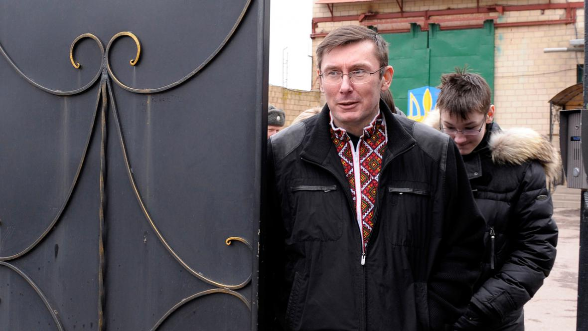 Jurij Lucenko opouští brány vězení