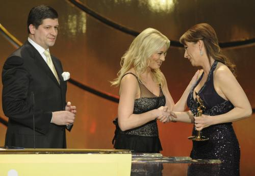 Jolana Voldánová přebírá cenu v kategorii Osobnost televizního zpravodajství