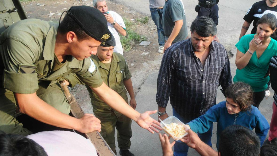 Armáda rozděluje jídlo lidem postiženým povodněmi