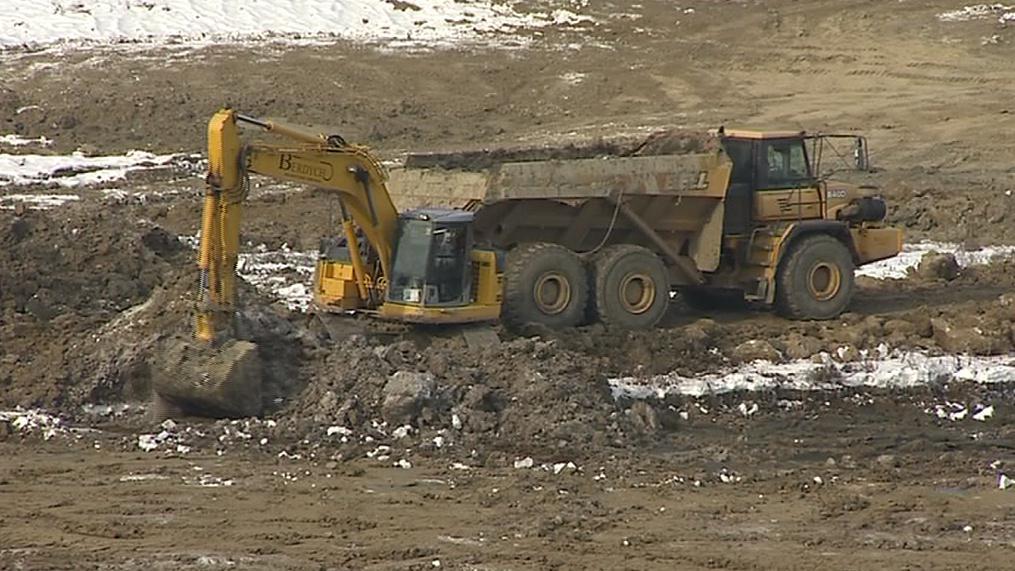 Těžba bahna ze dna Luhačovické přehrady v únoru 2012