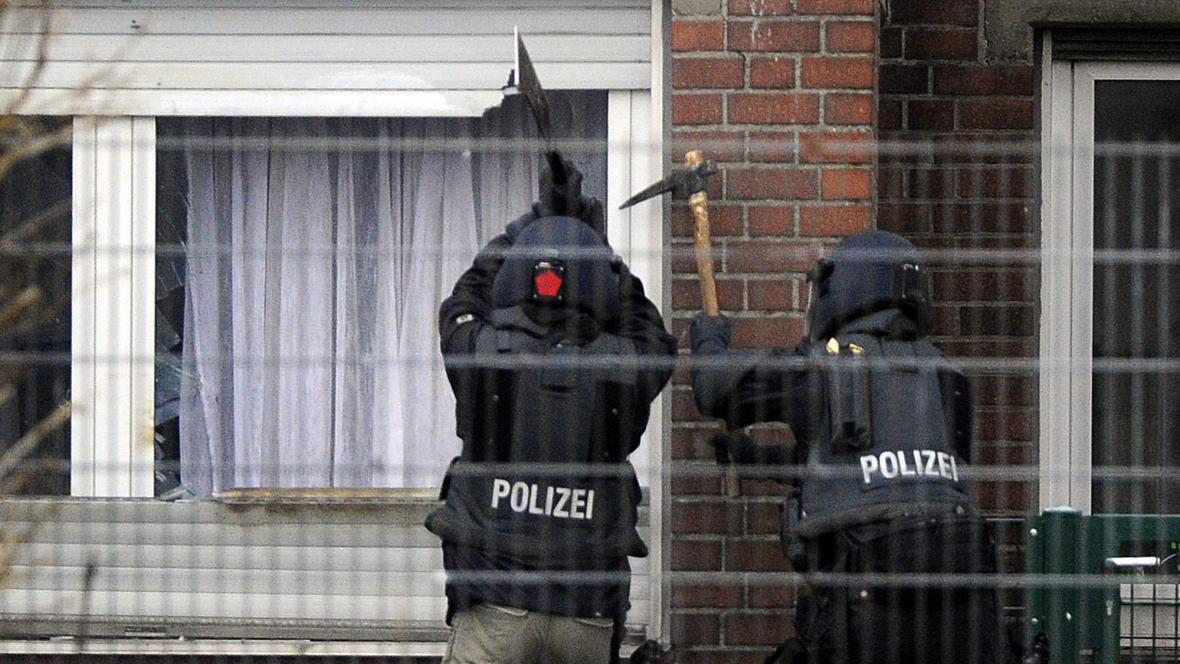 Policisté večer vtrhli do školky