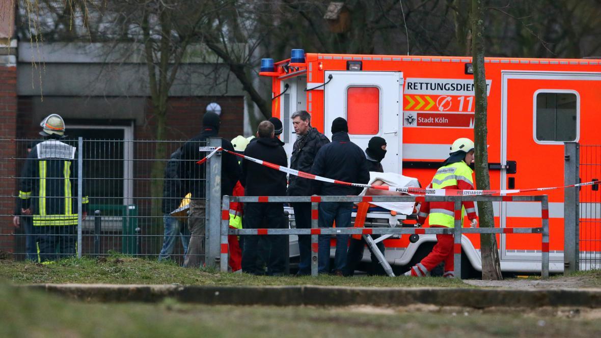 Záchranáři odvážejí zraněného po útoku na školku