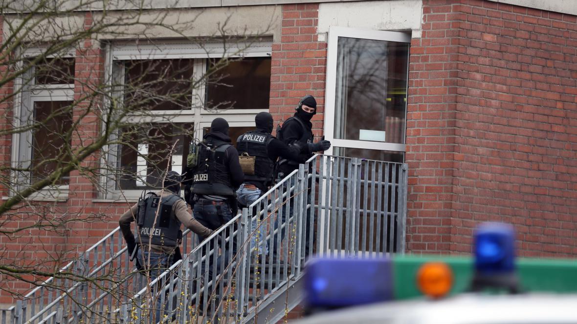 Policisté před školkou, kde zadržuje útočník rukojmí