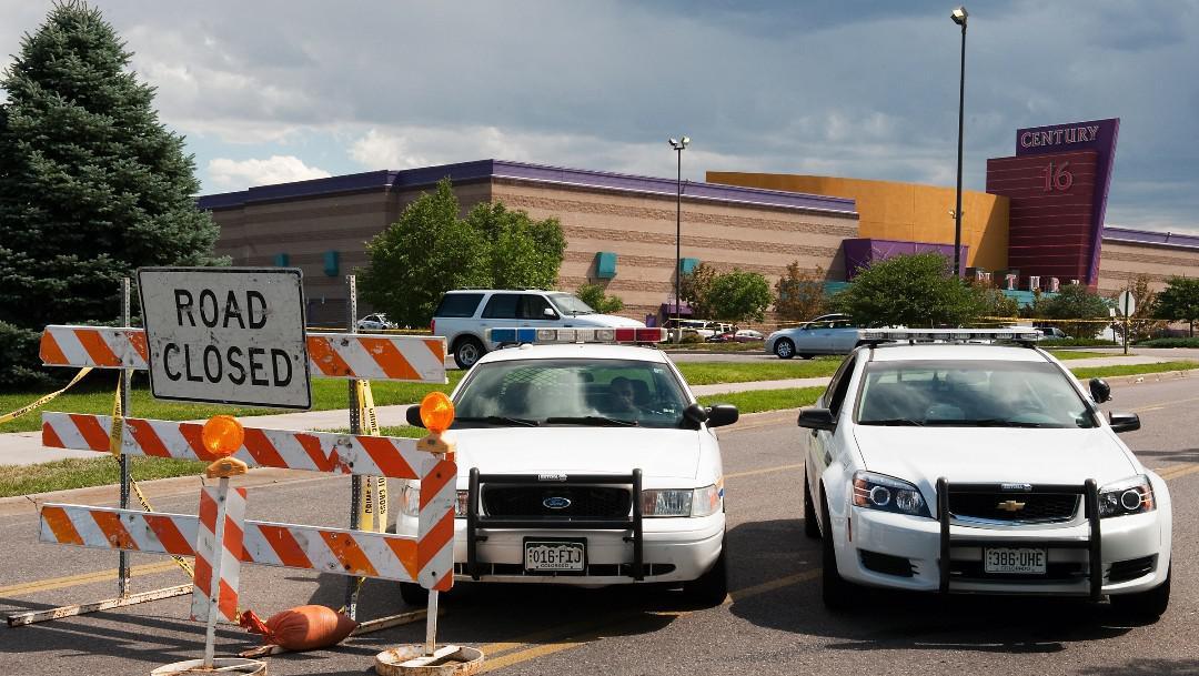 Policie uzavřela příjezdové silnice k aurorskému nákupnímu centru